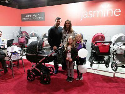 celá rodinka s novým kočárkem Jasmine Bennetta Soft LE 05